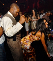 http://urbansportstalk.files.wordpress.com/2008/06/kim-kardashian-grinding-reggie-bush_1_1.jpg