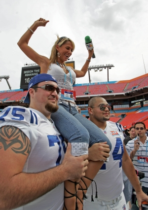 Ines Sainz makes friends with the Colts Offensive line!